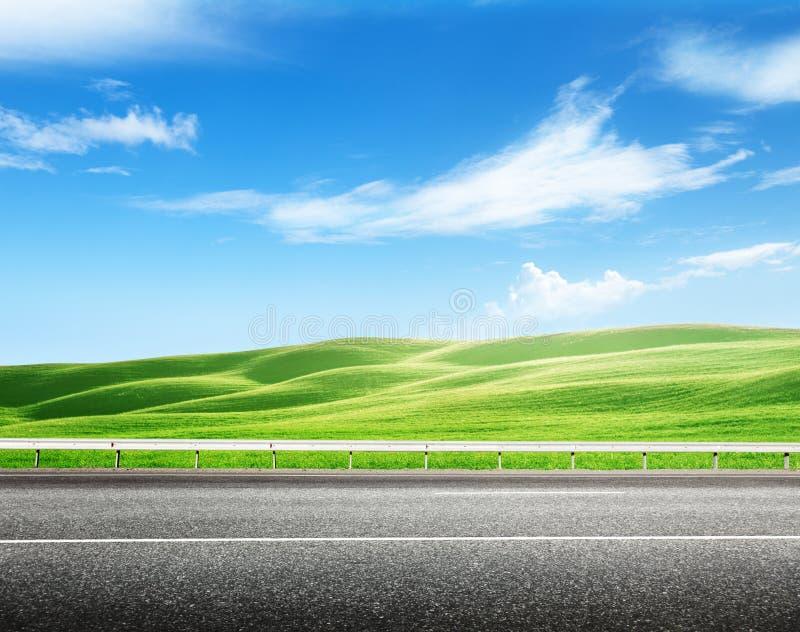 Strada asfaltata e campo perfetto immagine stock