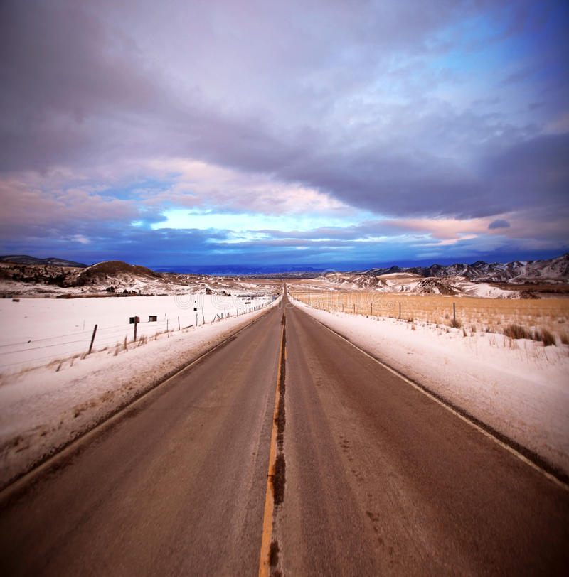 Strada asfaltata e cielo nel Montana, S.U.A. fotografia stock