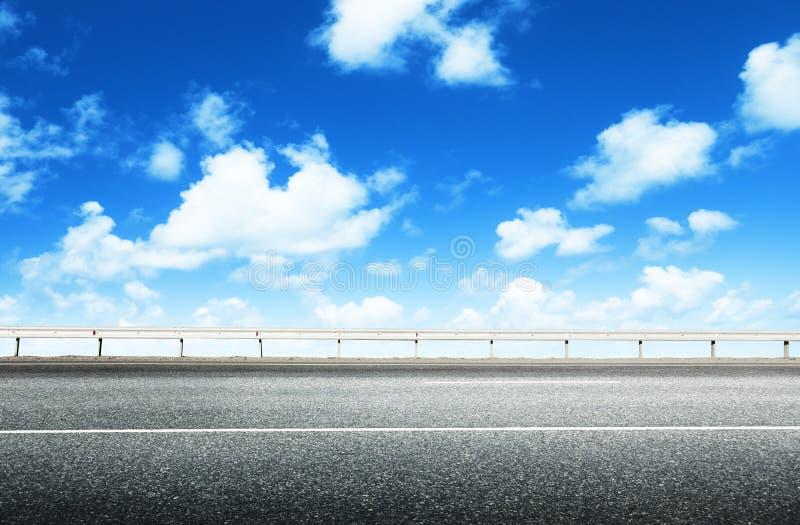 Strada asfaltata e cielo perfetto fotografie stock libere da diritti