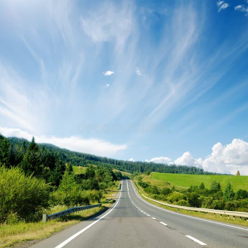 Strada asfaltata in montagna e cielo blu fotografia stock libera da diritti