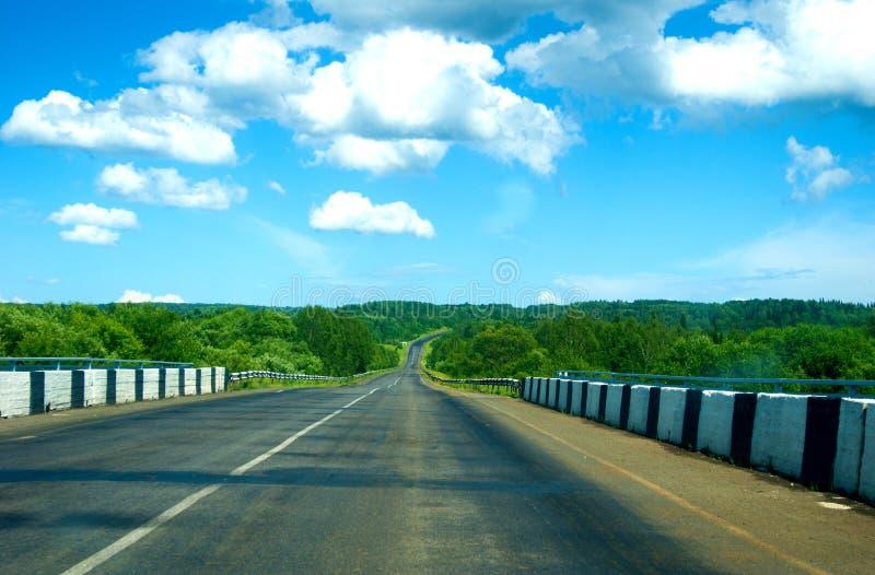 Strada asfaltata vuota della campagna all'orizzonte, benvenuto scattare fotografie stock