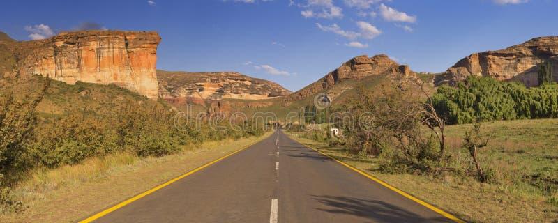 Strada attraverso gli altopiani NP di Golden Gate nel Sudafrica fotografia stock libera da diritti