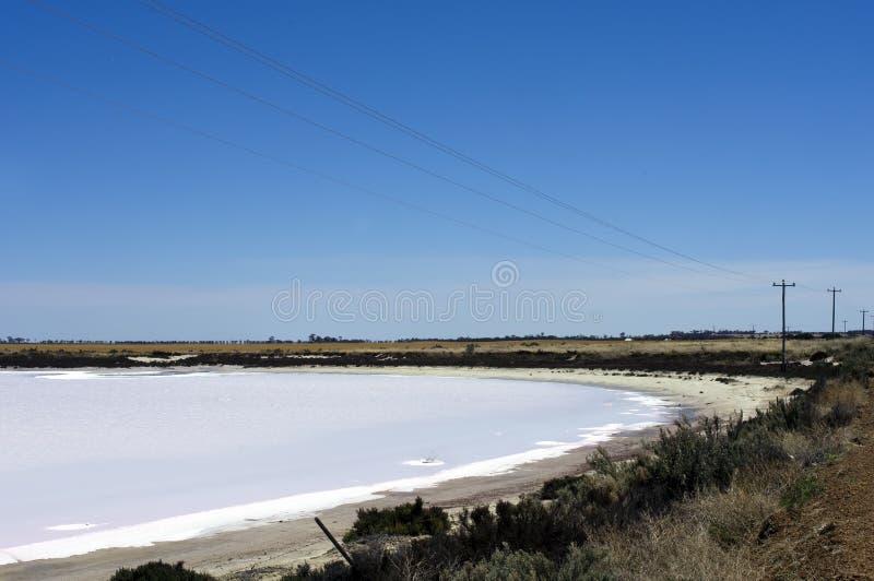 Strada attraverso i laghi di sale fra Hyden ed Albany, WA, Australia fotografia stock libera da diritti