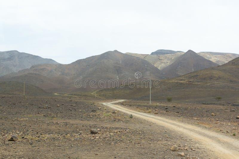 Strada attraverso il deserto immagine stock libera da diritti