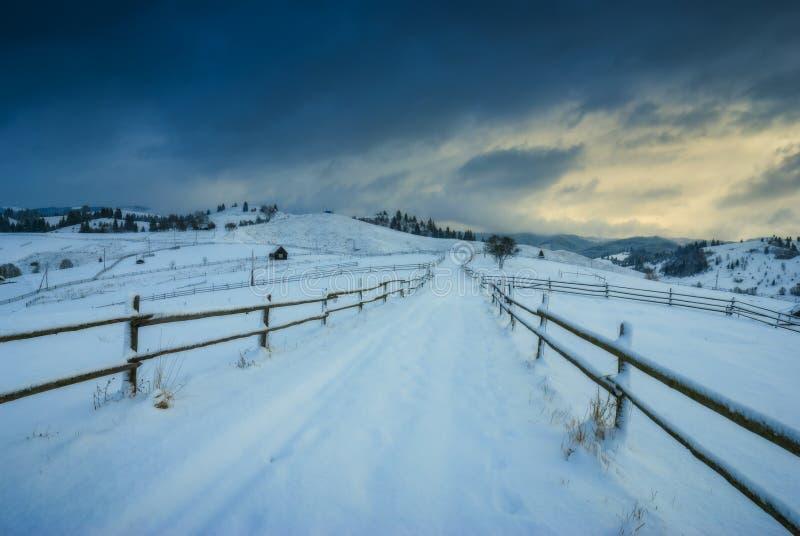Strada attraverso la valle di inverno fotografia stock