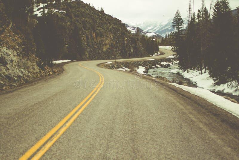 Strada attraverso Montagne Rocciose, Colorado fotografie stock