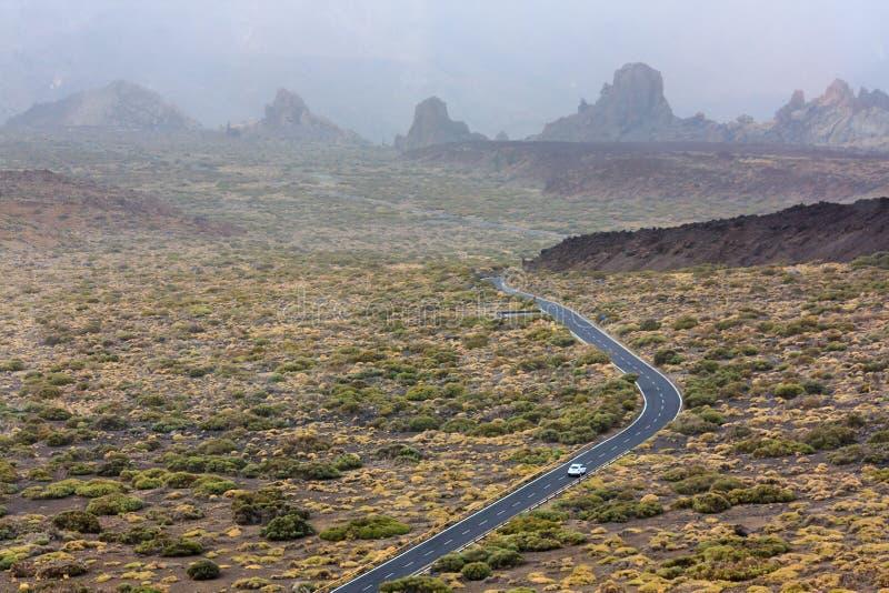 Strada attraverso paesaggio irregolare fotografia stock libera da diritti