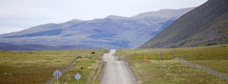 Strada in azienda agricola patagonian nella regione del Magallanes, Cile del sud immagini stock