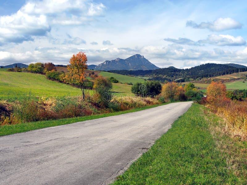 Strada a Bobrovnik e a Choc, Slovacchia immagine stock