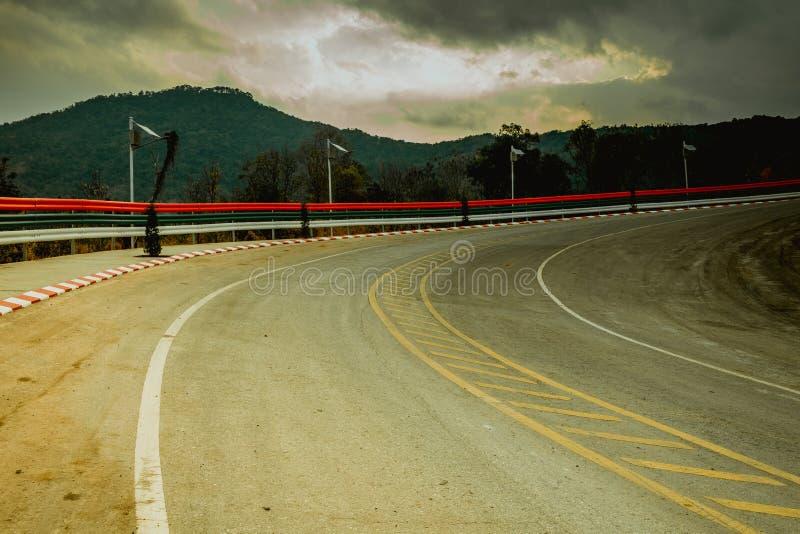 Strada campestre attraverso la foresta alla cima dell'alta montagna, strada principale famosa in Loei Tailandia, corpo di centina immagini stock libere da diritti