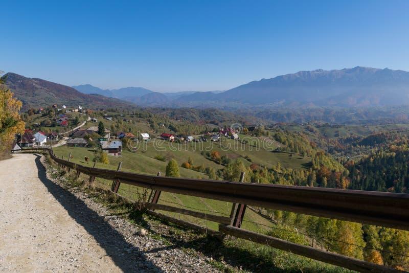 Strada campestre che conduce ad un paesino di montagna immagini stock libere da diritti
