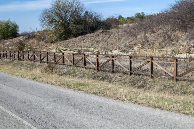 Strada campestre con il recinto di legno fotografia stock