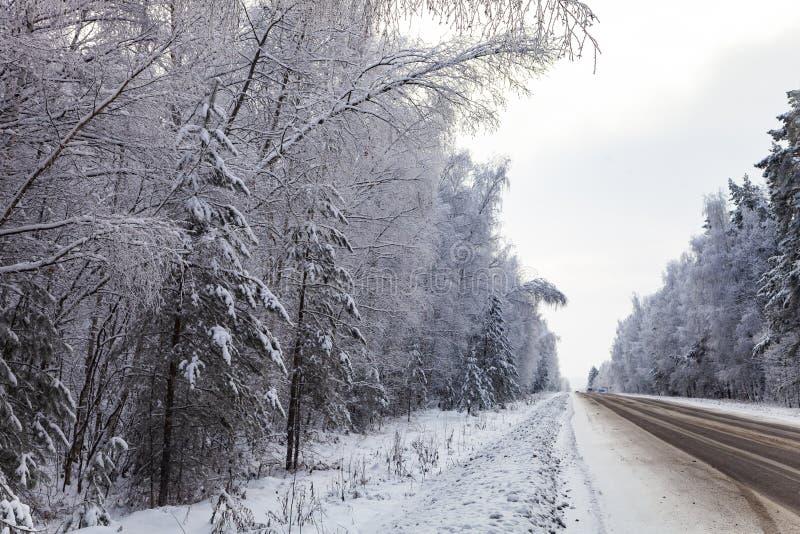 Strada campestre dopo precipitazioni nevose nell'inverno immagini stock