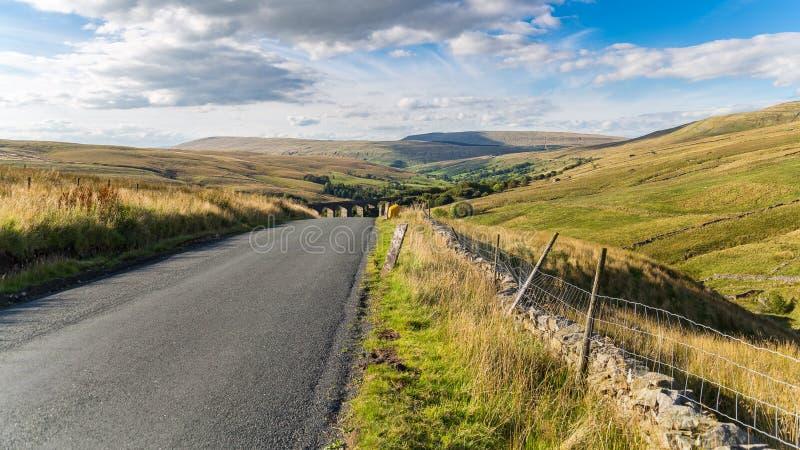 Strada campestre e paesaggio nelle vallate di Yorkshire, Regno Unito fotografia stock libera da diritti
