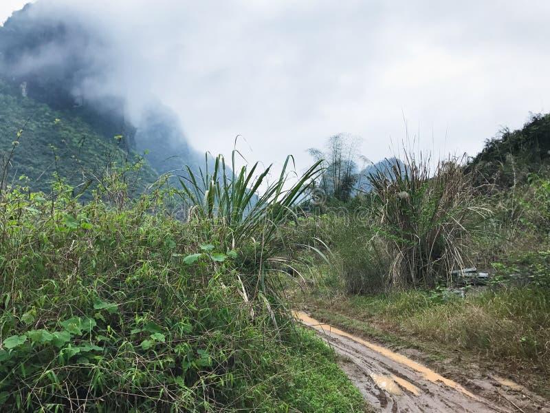 strada campestre in montagna di morfologia carsica in Yangshuo immagini stock