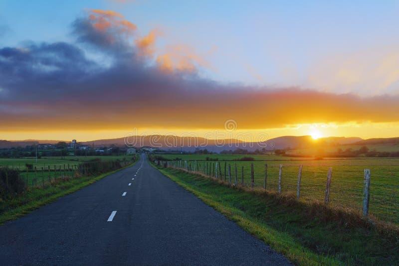 Strada campestre a Unza al tramonto fotografie stock