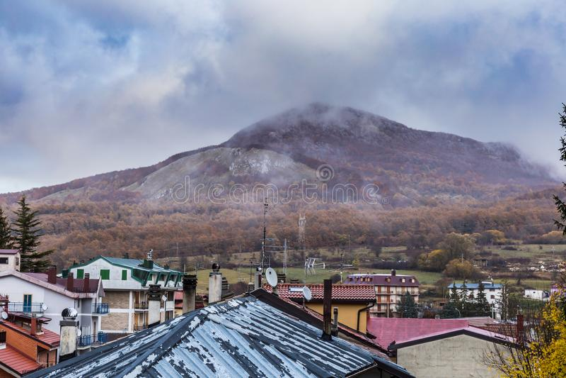 Strada centrale di Roccaraso, Abruzzo, Italia 13 ottobre 2017 immagini stock