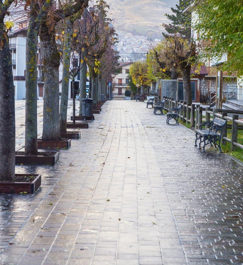 Strada centrale di Roccaraso, Abruzzo, Italia 13 ottobre 2017 fotografia stock libera da diritti