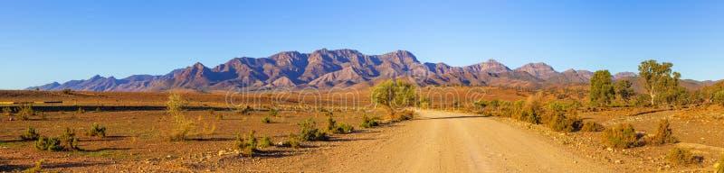 Strada che conduce ai picchi delle gamme del Flinders fotografia stock libera da diritti