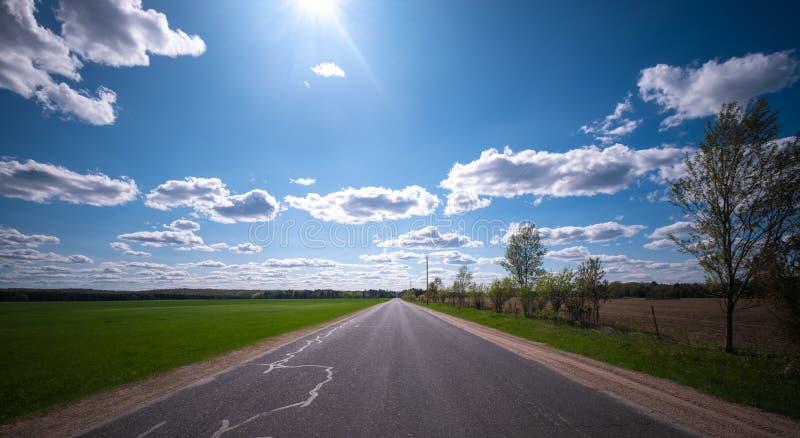 Strada che conduce alla linea di orizzonte in Wisconsin rurale fotografia stock