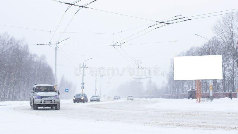 Strada in città con auto in inverno, molta neve Billboard, posizione del testo, spazio di copia fotografie stock
