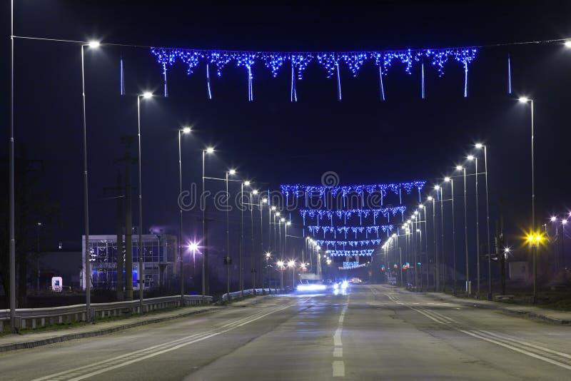 Strada con gli indicatori luminosi blu alla notte fotografia stock libera da diritti