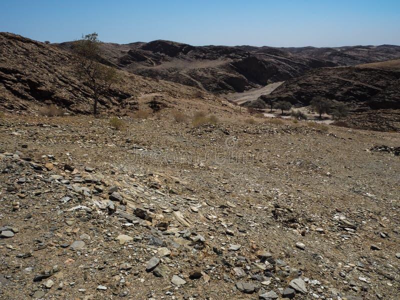 Strada con la bella scena del paesaggio di struttura della montagna della roccia fotografie stock libere da diritti