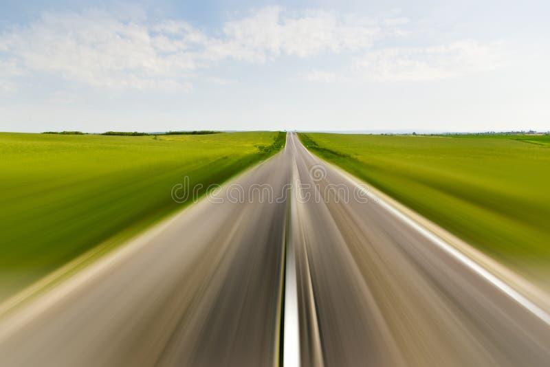 Strada con la sfuocatura di movimento fotografie stock libere da diritti