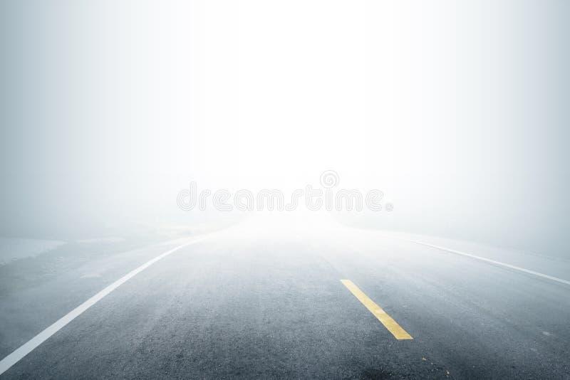 Strada con nebbia di mattina illustrazione di stock