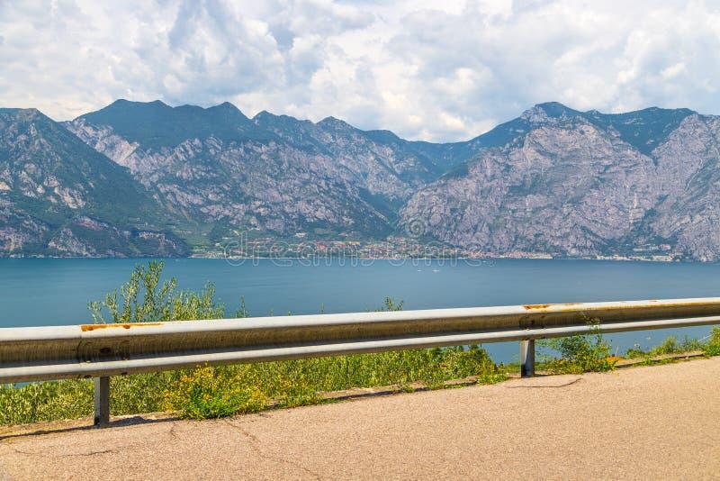 Strada con ringhiere, bella vista su un lago immagini stock