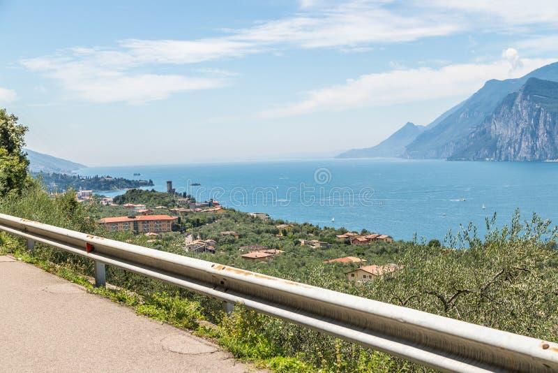 Strada con ringhiere, bella vista su un lago fotografie stock libere da diritti