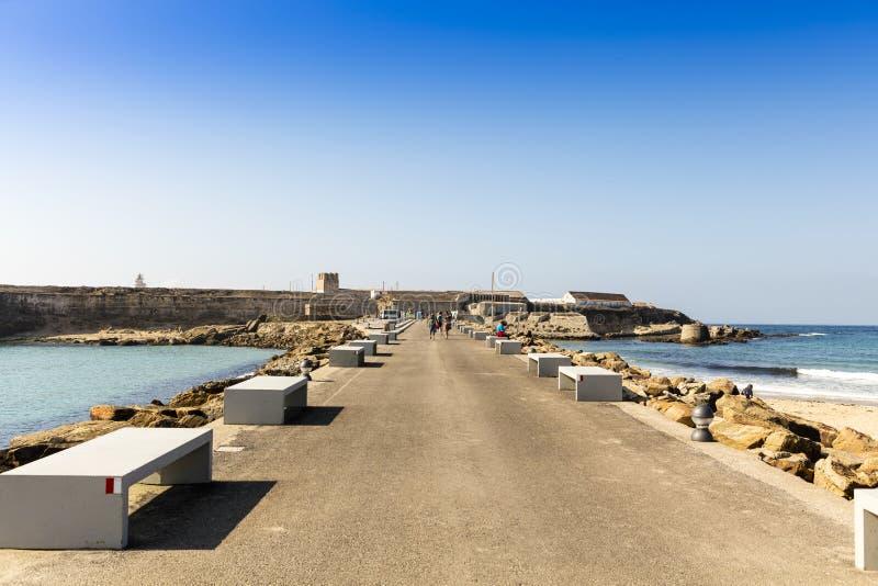Strada costiera in città spagnola di Tarifa fotografia stock libera da diritti