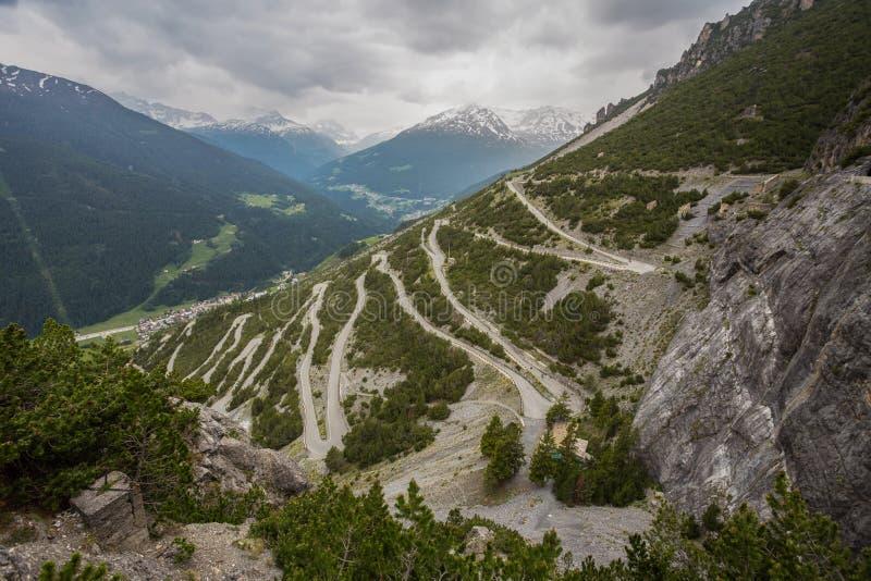 Strada curva a U verso le Torri di Fraele, attrazione turistica nella Valtellina settentrionale, Italia fotografie stock