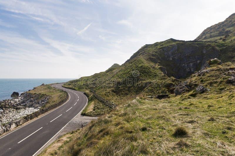 Strada dal mare sull'itinerario costiero della strada soprelevata in Irlanda del Nord immagini stock libere da diritti