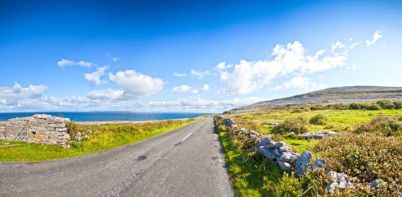 Strada dall'oceano in Irlanda immagini stock libere da diritti