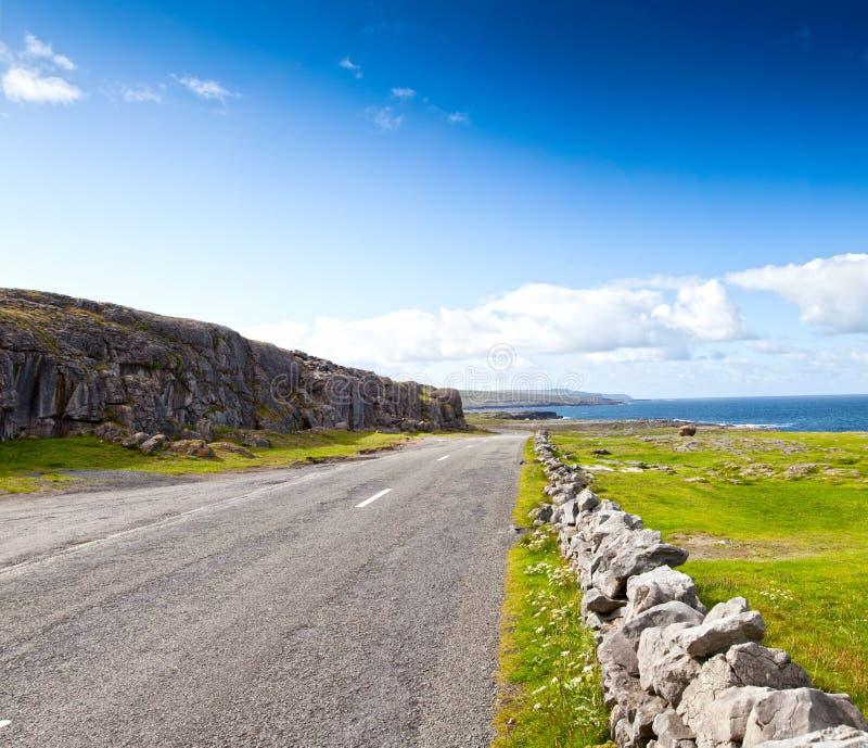 Strada dall'oceano in Irlanda immagini stock