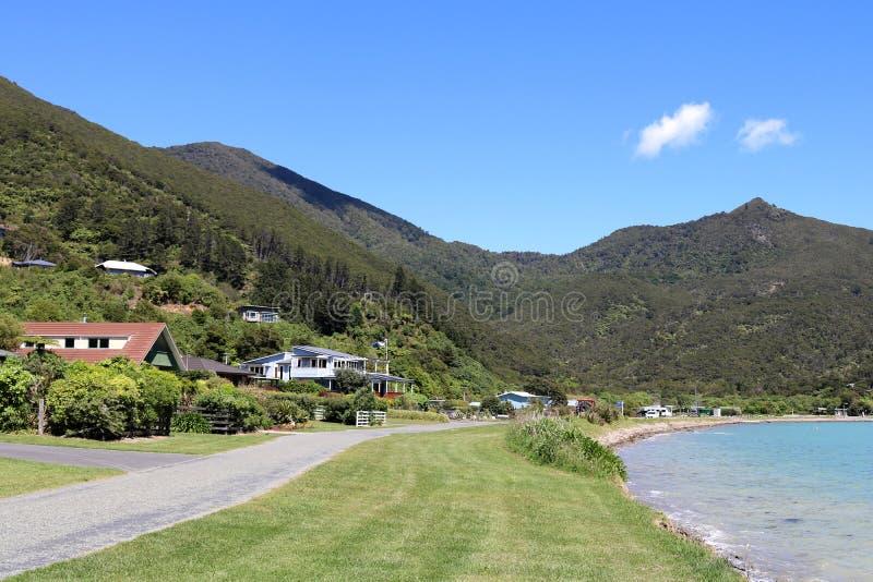 Strada dalla baia di Okiwi della riva, Marlborough, Nuova Zelanda fotografia stock libera da diritti