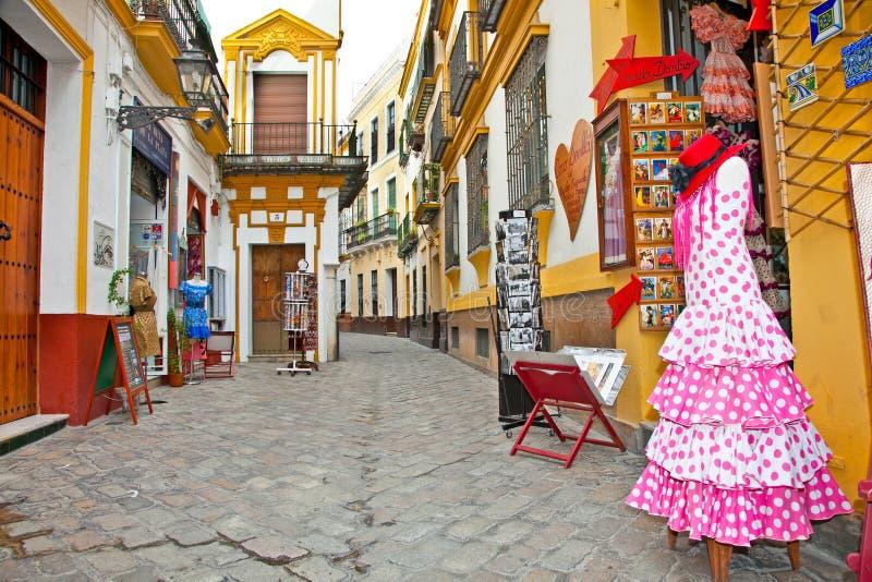 Strada dei negozi con il vestito tipico da flamenco in Siviglia, Spagna. immagini stock