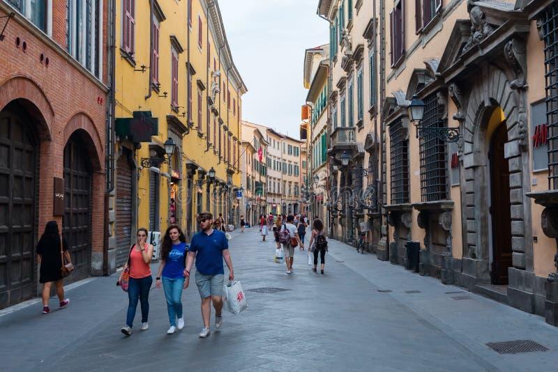 Strada dei negozi corso italia nella vecchia citt di pisa for L arreda negozi pisa