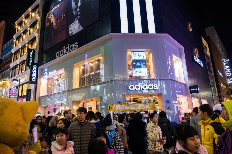 Strada dei negozi del mercato di Myeongdong fotografie stock