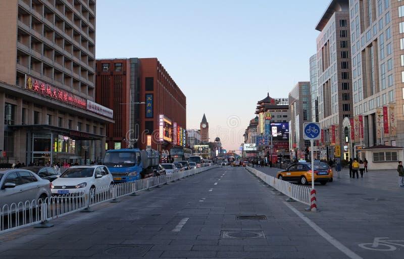 Strada dei negozi di Wangfujing nel centro di Pechino fotografie stock libere da diritti