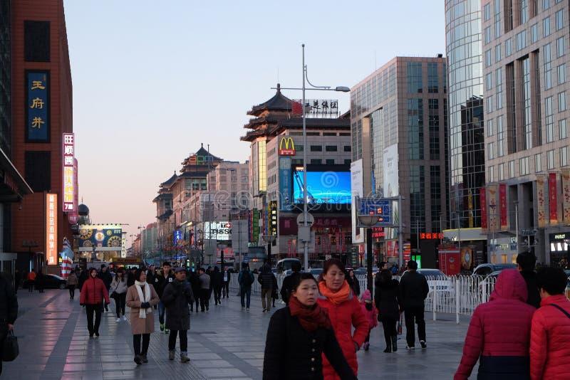 Strada dei negozi di Wangfujing nel centro di Pechino immagini stock libere da diritti
