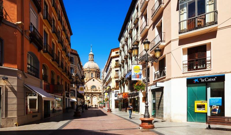 Strada dei negozi e cattedrale a Saragozza, Spagna fotografia stock libera da diritti