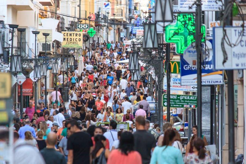 Strada dei negozi occupata fotografia stock libera da diritti