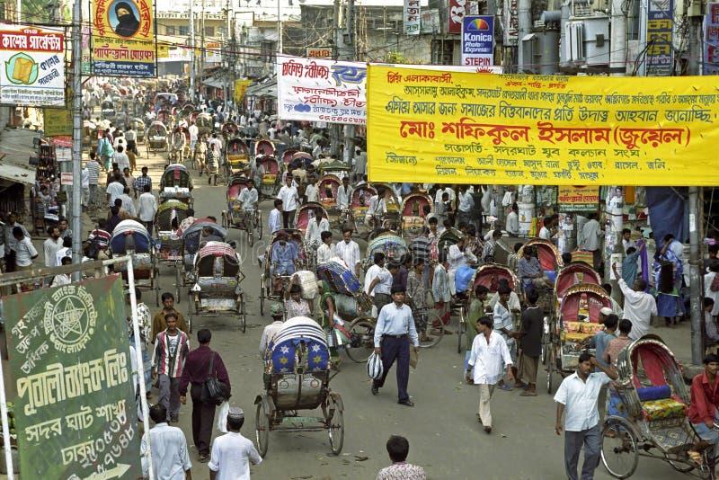 Strada dei negozi occupata in Dacca, Bangladesh fotografie stock libere da diritti