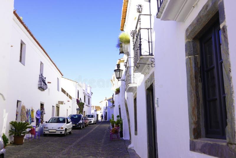 Strada dei negozi singolare dell'Alentejo, costruzioni bianche luminose, viaggio a sud del Portogallo fotografia stock