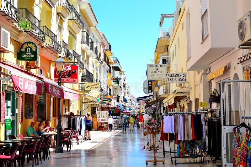 strada dei negozi sulla spiaggia di Torremolinos, Costa del Sol, Spagna immagine stock libera da diritti