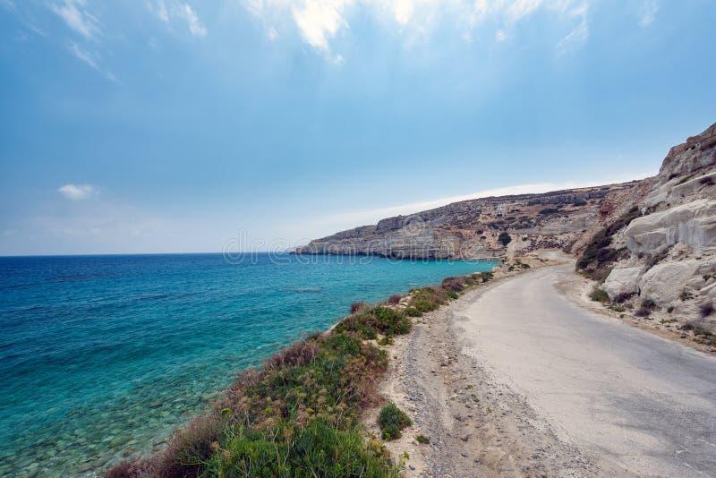 Strada del Cretan lungo la costa dell'isola di Creta con la belle laguna e montagne fotografia stock libera da diritti