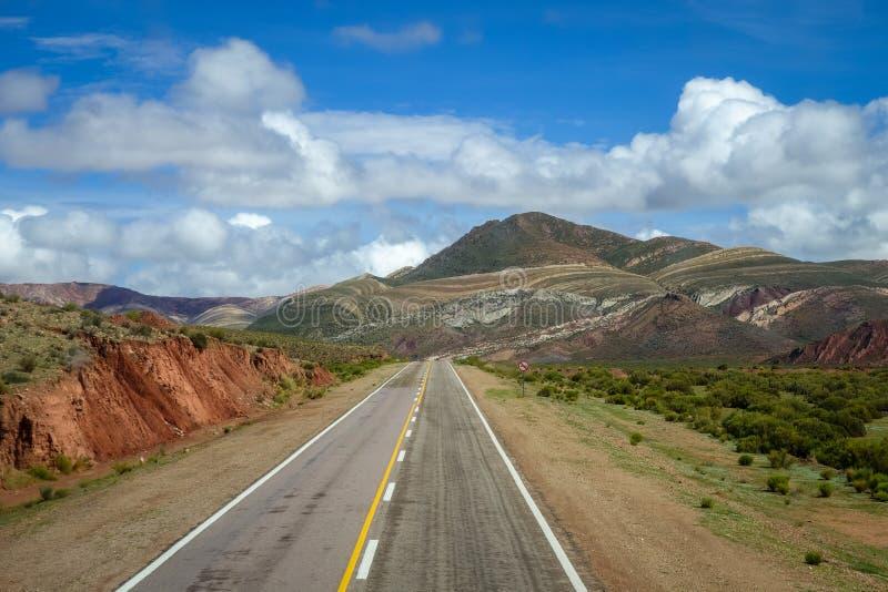 Strada del deserto in quebrada del nord dell'Argentina immagini stock