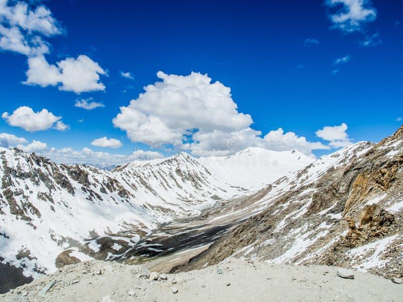 Strada del paesaggio della natura lungo la montagna in strada principale, Leh immagine stock libera da diritti